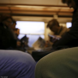 Genoux dans un train de banlieue, Paris, France.