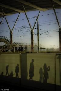 Ombres de voyageurs à la gare Aix-TGV, Provence, France.