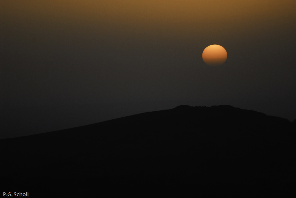 Coucher de soleil sur les monts auvergnats, France.