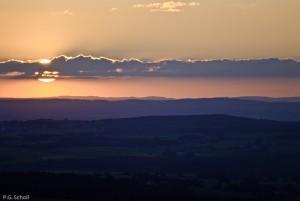 Coucher de soleil depuis la Roche Sanadoire, Auvergne, France.
