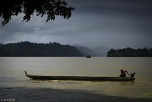 Pyrogue sur le fleuve Maroni, Guyane française.