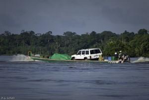 Transport fluvial sur le fleuve Maroni, Guyane Française.