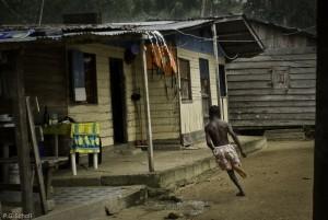 Pendant la pluie dans un village Bushinengue, Guyane Française.
