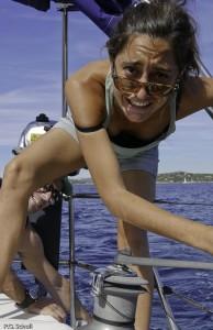 Jeune fille en action sur un voilier