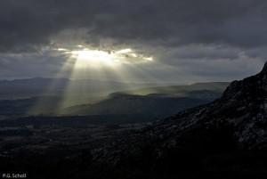 Percée de soleil sur le plateau de Cengle, Provence, France.