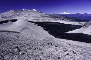 Coulée basique et dépôts de ponces sur le volcan Puyehue, Chili,