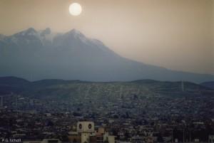Lever de lune au dessus du volcan Chachani, Arequipa, Pérou