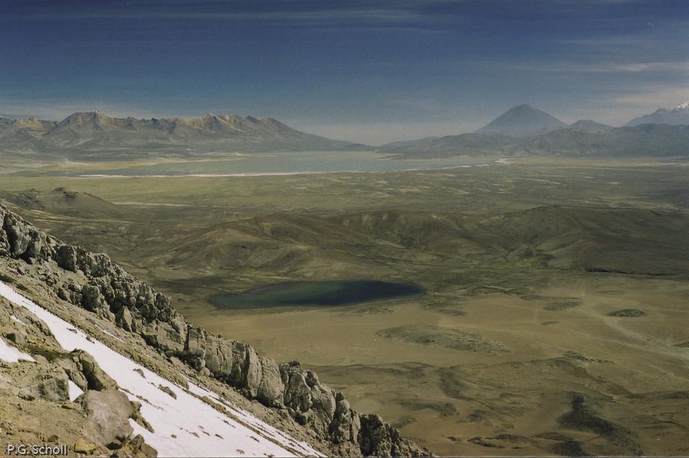 Vue vers l'Altiplano depuis le Volcan Ubinas, Pérou. Au loin les