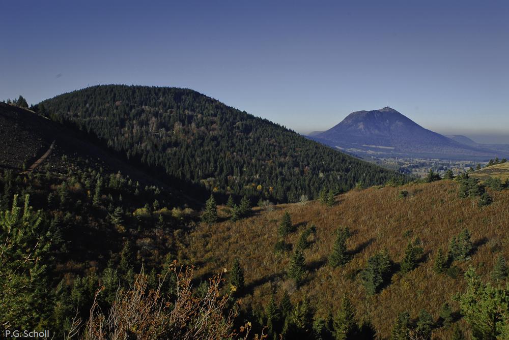 Le Puy de la Vache et le Puy de Dôme, Auvergne, France.