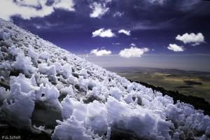 Formations de glace sur les flancs du volcan Coropuna, Pérou