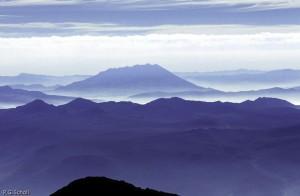 Le volcan Ubinas dans la brume, Pérou.