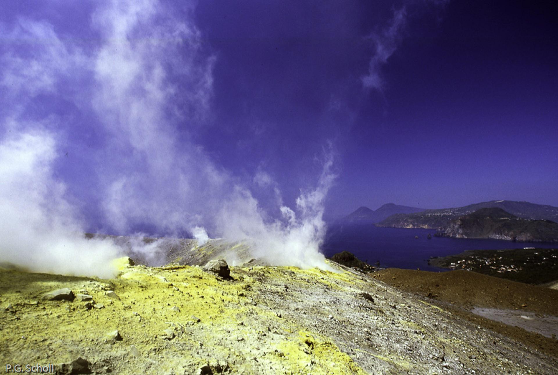 Vulcano, cratère et fumerolles