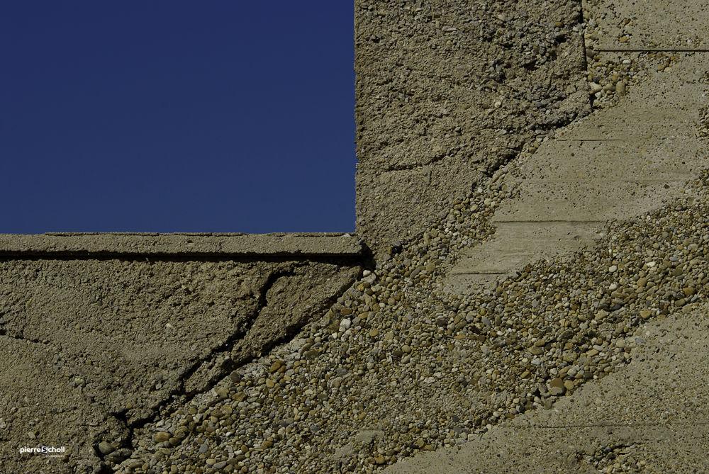 Fenêtre et béton du Frioul, Marseille, France.