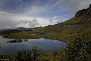 Une lagune du Volcan Chiles, Altiplano à la frontière entre Equa