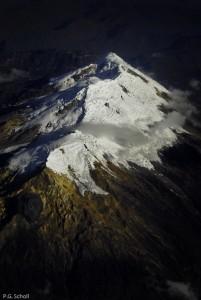 Vue d'avion sur le volcan Nevado del Huila, en cours de réveil,
