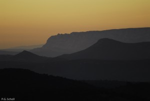 La Sainte victoire dans la brume, depuis les monts Aurélien, Pro