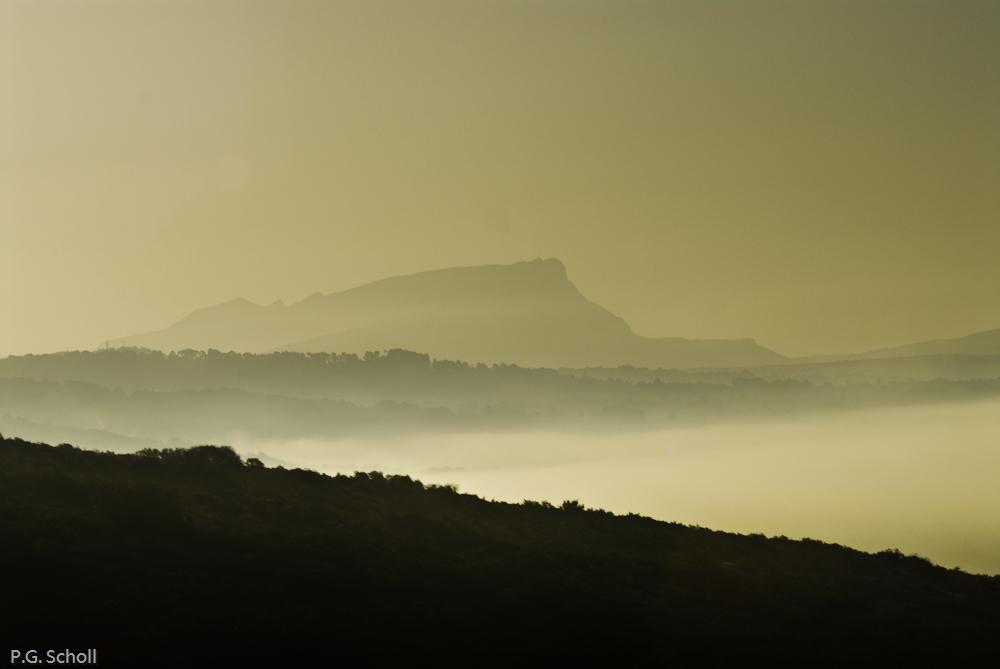 La Sainte Victoire dans la brume, Provence, France.