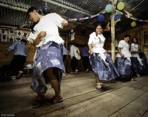 Danses traditionnelles dans les abris d'évacuation temporaires,