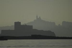 Bonne mère et Chateau d'If dans la brume, vu depuis le Frioul, M