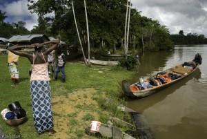 Villageois bushinengue sur les rives du fleuve Maroni, Guyane Fr