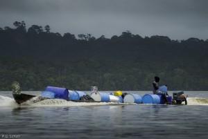 Pyrogue transportant du combustible sur le fleuve Maroni, Guyane
