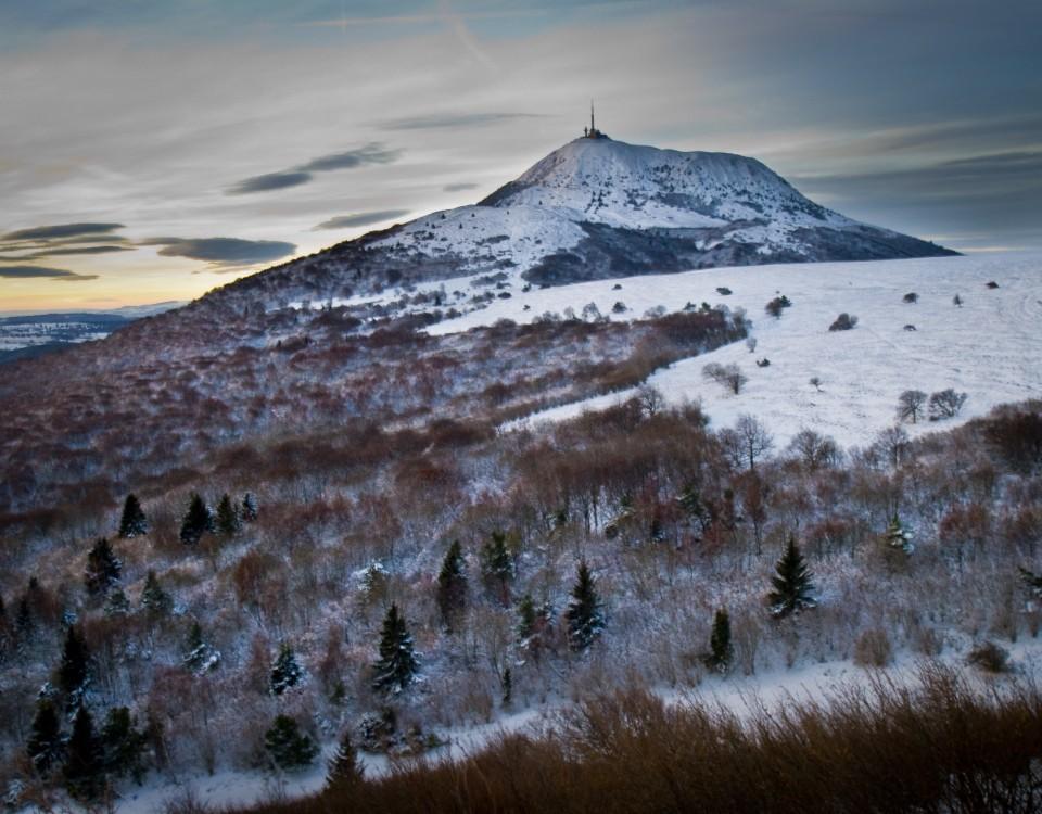 Le Puy de Dôme en hiver, Auvergne, France.