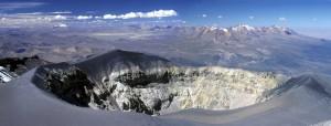 Le cratère du volcan Misti. Au loin les volcans Ubinas et Pichu-