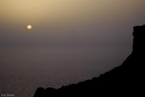 Coucher de soleil sur la cote sauvage, Malte.