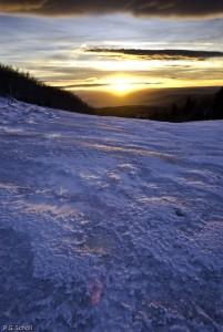 Lever de soleil sur sol gelé au Puy de Pariou, Auvergne, France