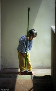 Michelle, petite fille d'Arequipa, en train de balayer, Pérou.