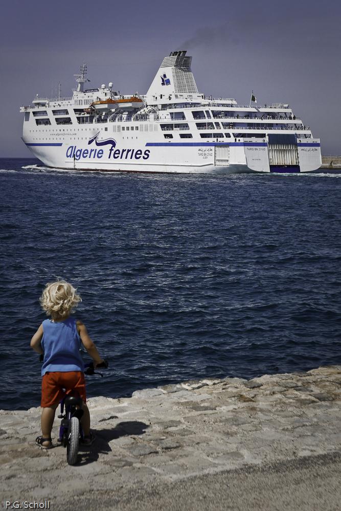 L'enfant et le bateau, Marseille, France.