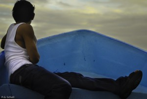 Jeune homme en poupe sur le lac Nicaragua.