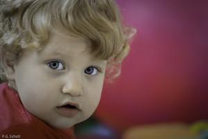 Enfant aux yeux bleus sur fond violet