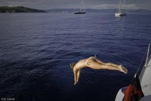Plongeant dans la mer méditerranée, Porquerolles, France.