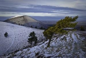 Le cratère du Puy de Pariou et le Puy de Côme en hiver, Auvergne