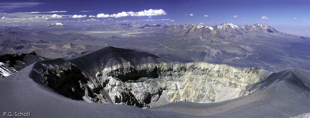 Le cratère du volcan Misti. Au loin l'Ubinas et le Pichu-Pichu
