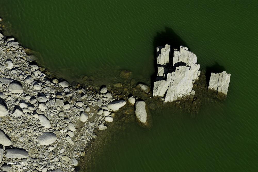 Avancée sur le lac de Vança, Pyrénées, France.