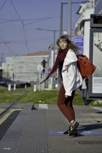 se retourner à l'arrêt de tram