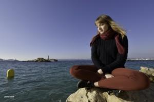 assise au bord de la mer